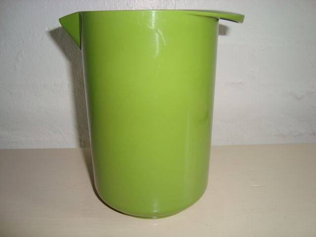 Rosti Danish design retro jug from the 70s made in melaminplastic and designed by Erik Lehmann. Rosti retro mixkande fra 70'erne. #Rosti #retro #jug #60s #mixkande #melamin #kitchenware #Lehmann #Danish #design From www.TRENDYenser.com