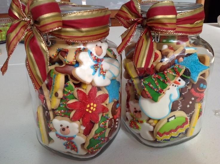 Frascos de vidrio con galletas navideñas.