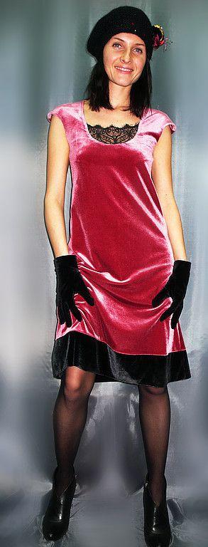 Купить или заказать VACANZE ROMANE-516 в интернет-магазине на Ярмарке Мастеров. Авторское платье из бархата. Эффектное сочетание глубокого розового (цвет засахаренной малины) и черного. Полуприлегающий силуэт. Декольте оформлено изысканным французским кружевом. Пояском можно подчеркнуть талию или опустить на бедра-платье приобретает винтажный образ 20х годов. Брошь для примера. Все подгибки выполнены потайным швом вручную, что добавляет изделию роскоши.