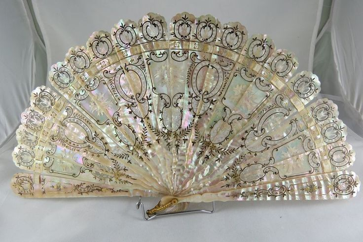 Fine & antique french carved and reticulated mother of pearl fan, circa 1890