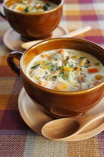 あさりが決め手のクラムチャウダーに、じゃがいも代わりのかぼちゃをイン。甘味が増し、彩り豊かなスープになります。特別な材料がいらず、気軽に作れますよ。