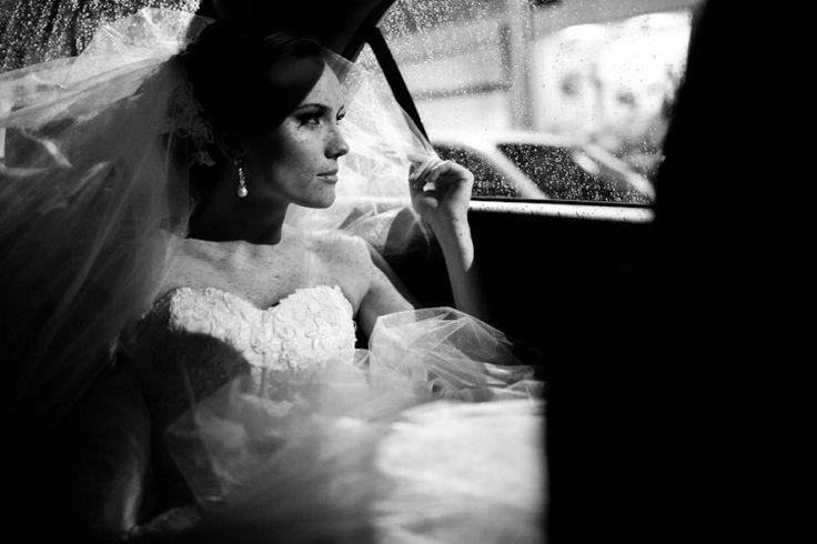 photo de mariage en noir et blanc, robe à bustier et boucles d'oreilles en perles