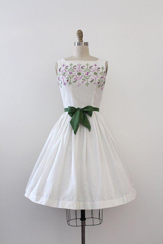 Beau coton blanc robe de jour dans les années 1950. Cette robe dispose de joli travail de broderie sur le corsage, un tour de taille cintrée avec une ceinture assortie et une jupe ample.  Marque: pas d'étiquette, mais j'ai la robe identique en jaune avec une étiquette «Jo White» Fermeture : fermeture éclair en métal dans le dos  Mensurations : Best Fit : xsmall  Buste : 34 » Tour de taille: 23,75(peut-être conviendrait à un serré 24 mais aucune garantie!!) Hanches : ouvrir  Longueur…