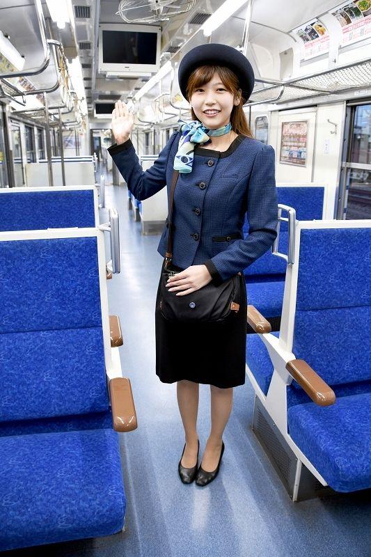 えちぜん鉄道(本社福井市松本上町)は9日、アテンダント(客室乗務員)の新たな冬用ユニホームを発表した。紺色のジャケットと黒色のタイトスカート、帽子、スカーフを組み合わせた上品な装い。近く福井県内で撮影が始まるえち鉄を題材にした映画「ローカル線ガールズ」で、タレントの横澤夏子さんが主役を務めるアテンダントのユニホームと同じデザインを採用した。11日に切り替え、4月ごろまで着用する予定。 冬用ユニホームの更新は4年ぶり。