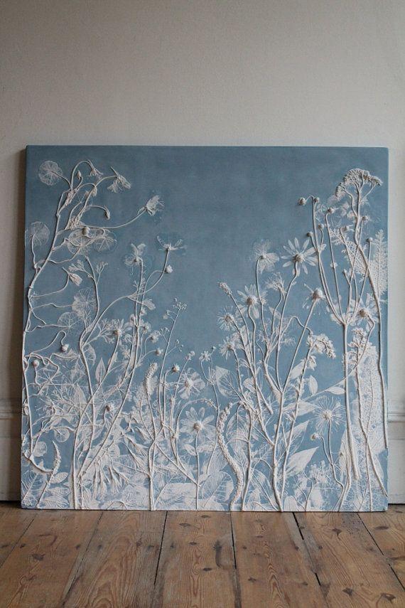 Diese Fliese ist Bestandteil einer Reihe von Rachel Deins taktile Studio. Um die Fliese, Rachel legten Blumen und Laub auf eine ausgerollte Platte aus Lehm und drückte sie in all ihren Details zu übertragen und anschließend vorsichtig entfernt sie. Ein Holzrahmen war dann über gelegt und der Gips gegossen. Einmal eingestellt, war der Ton entfernt geschält, um die Pflanzen im Relief zu offenbaren. Mit diesem original Stück machte sie eine Silicon Kautschuk Form aus der diese Fliese gegossen…