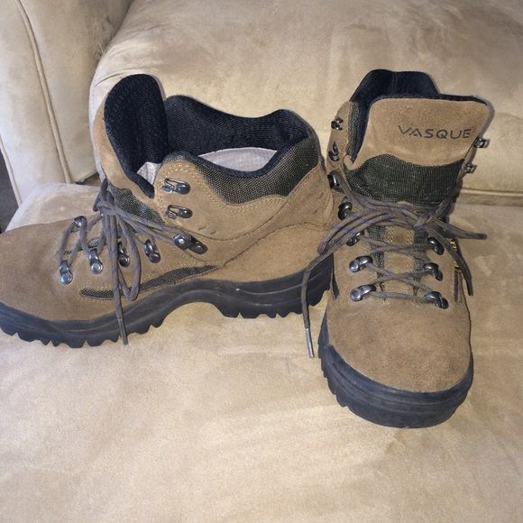Vasque Gore-Tex Hiking Boots (ladies) Hardly used Vasque Gore-Tex ladies Hiking boots. Very Good Condition. Size 7 Vasque Shoes