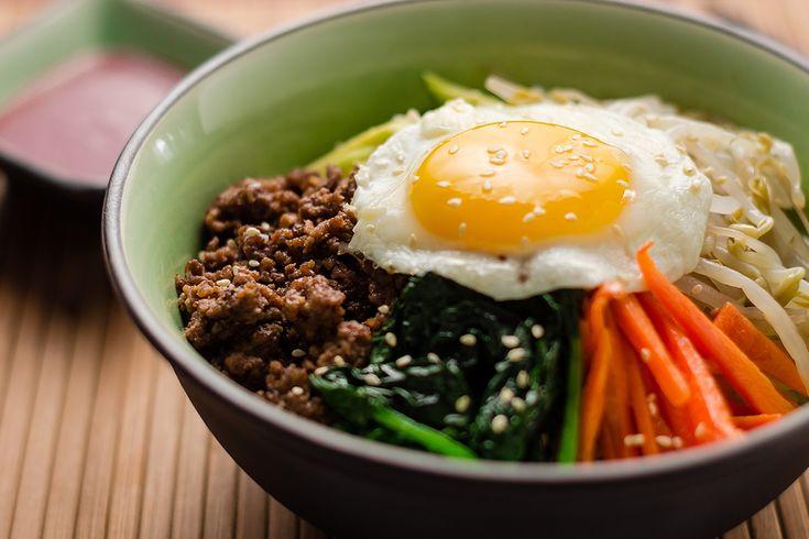 Pytt i panna är en klassisk svensk husman, men kanske kan det kännas lite tråkigt (hur gott det än är). Bibimbap är en koreansk version på pyttipanna, med andra smaker men det stekta ägget är det samma! Här kommer receptet! För fyra portioner behöver du: 4,5 dl rundkornigt ris (sushiris eller grötris t.ex.)2 msk sesamolja & eventuellt mer till servering1 tsk pressad vitlök1,5 msk japansk soja200 g biff1 msk sesamolja150 g bladspenat4 ägg2–3 salladslökar
