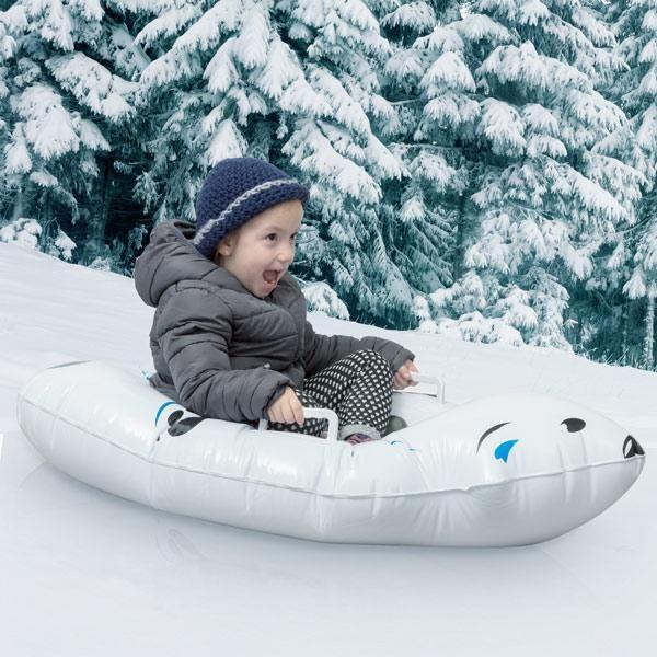 Wenn Sie eine großartige Zeit als #Familie haben möchten, verpassen Sie nicht den #Eisbär-#Schlitten ! Lachen ist mit diesem Spaß PVC- Schneerohr garantiert . Es hat zwei PVC-Griffe. Empfohlenes Alter: 5+ Jahre. Ca. Maße: 105 x 23.05 x 65 cm.