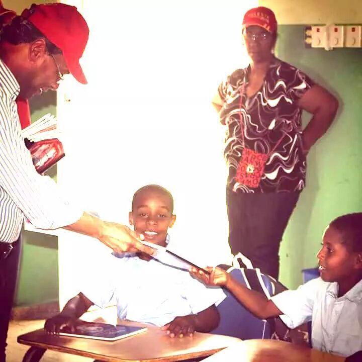 > Reparten cuadernos con bandera Haitiana en las Matas de Farfán