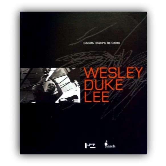 WESLEY DUKE LEE - Livro ilustrado que apresenta a formação e as influências do artista; seu aprendizado com Plattner, e a questão do abstracionismo e a figuração; o relacionamento inicial com a crítica e o mercado de arte; a afirmação de sua produção artística na primeira metade da década de 60; Grupo Phases; e vários outros temas. <br /> 870g; 26x23 cm; 230 págs.