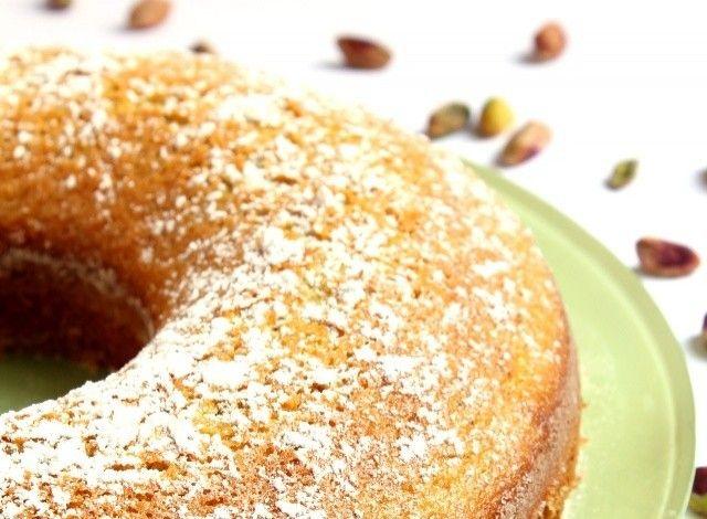 3 Uova d'anatra 160 grammi di Zucchero 130 grammi di Latte intero 170 grammi di Farina 40 grammi di Pistacchi 40 grammi di Crema al pistacchio 60 grammi di Burro 15 grammi di Lievito per dolci 2 cucchiai da tè di Zucchero a velo