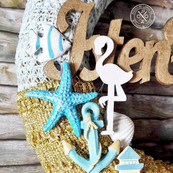 Arany-kék, beach cottage hangulatú ajtódísz - 7790 Ft  Nagyméretű koszorú kék textilcsipkével és aranyszínű Lurex szálas szegővel, melynek rétegezése pikkelyszerű hatást kelt. A nyárias hangulatú, kék-fehér elemek fából és gipszből készültek, a metálarany színre festett dekorációk között pedig saját készítésű gyurma- és kerámiadíszek, gombok, kagylók, száraztermések vannak. Nem tolakodó, mégis igazán tengerparti hangulatú látványt nyújt. Érdemes elmerülni a részletekben. 🙂 Az ajtódísz…
