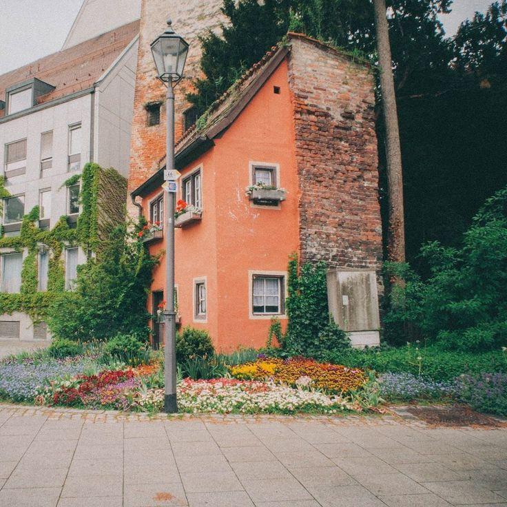 Увидев издалека этот домик почудилось что нашел развалину. Ну или немецкий старый фонд. Оказалось что это жилой дом аккуратный как и все остальные дома с ровным подстриженным газоном и целым садом цветов. Насколько комфортно внутри сказать сложно но выглядит этот теремок очень необычно и запоминается. #gununkaresi #dametraveler #royalsnappingartists #quietthechaos #ftwotww #iseeyourtalent #ig_today #mobilemag #featurepalette #StreetMagazine #liveauthentic #livefolk #liveadventurously…