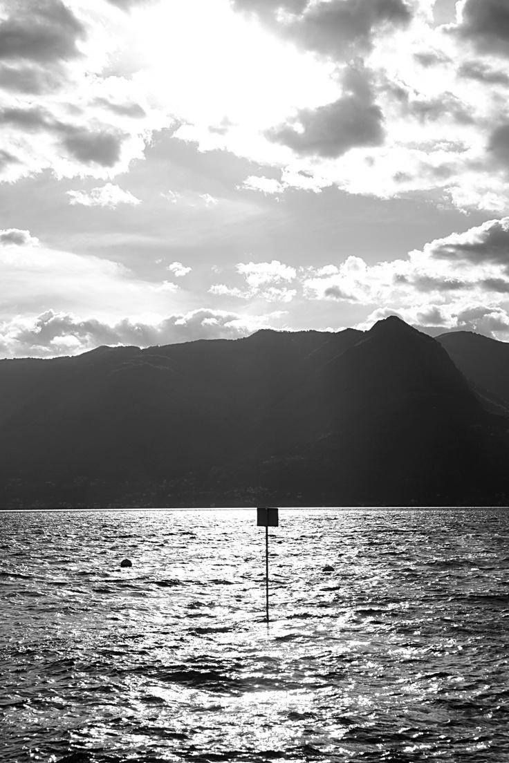 Il cartello spunta dalle acque, segnale d'abbandono e di solitudine...