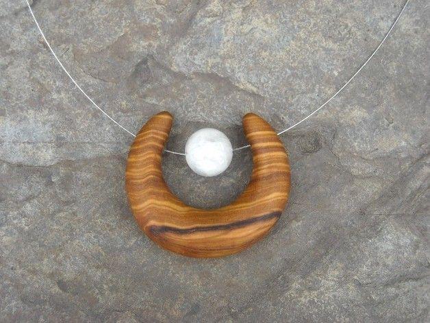 magnifique collier  avec une 12 mm perles de Pierre de Lune et une demi-lune - croissant de lune fabriqué en bois d'olivier  naturellement le grain du bois d'olive peut varier d'un article...