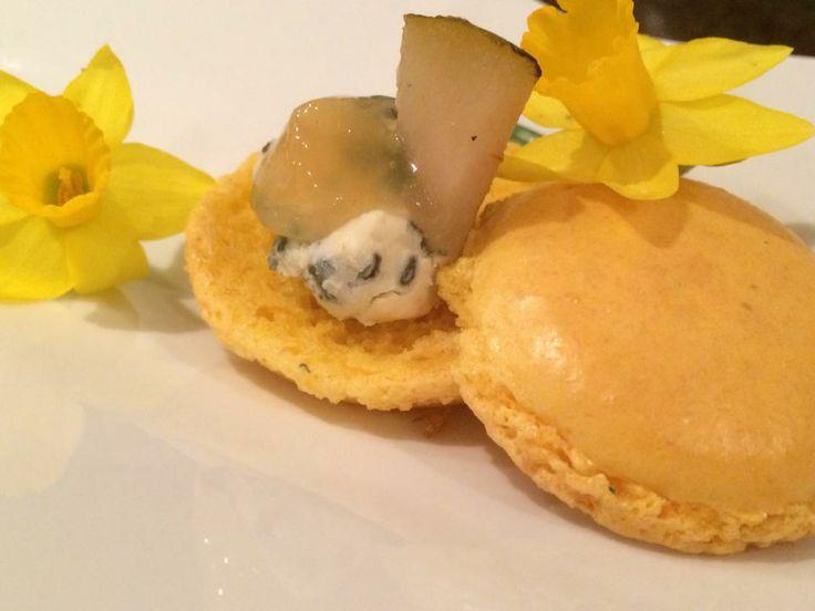 Savory macarons with Saint Agur cheese and pear gele.