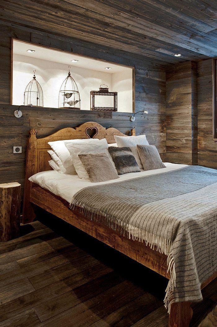 деревянный интерьер спальни со встроенной полкой в изголовье кровати