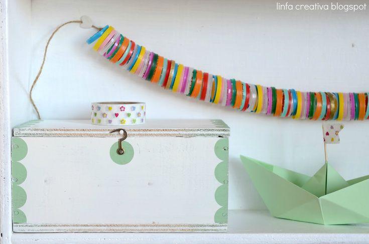 Diy: come decorare una scatola di legno ~ String all the plastic lids together.....same size ones obviously.....
