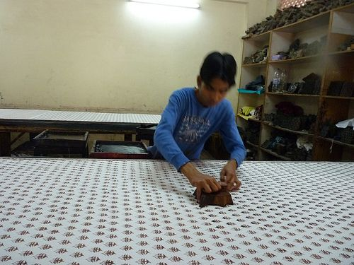 Printing fabrics by hand with vegetable dyes in Jaipur