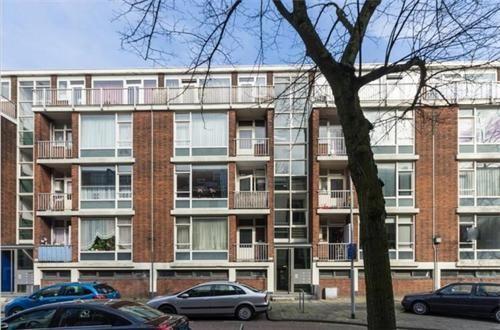 Heerlijk licht 3 (voorheen 4) kamer appartement met twee balkons en een ruime berging in de onderbouw. Goede ligging ten opzicht van openbaar vervoer, uitvalswegen en winkelstraat. Prima ruimte voor een scherpe prijs. Eigen grond.