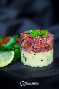 Тартар из тунца с кунжутными семечками -   Tuna tartare with sesame seeds  Легкое, вкусное, летнее блюдо. Тартар из тунца с картофельным пюре с оливковым маслом отлично сочетаются друг с другом. А кунжутные семечки придают незабываемый и оригинальный вкус.Просто в приготовле