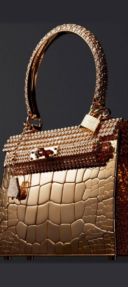 Hermès Kelly sac-bijou in rose gold and 1,160 diamonds at 33.94 carats. The latest additions to Hermès; haute bijouterie collection sees some very familiar faces given a diamond-studded makeover. http://www.thejewelleryeditor.com/jewellery/article/hermes-haute-bijouterie/ #fashion