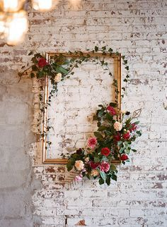 DIY Wedding Decorations - beautiful flower embellished golden frame would be perfect als wedding backdrop