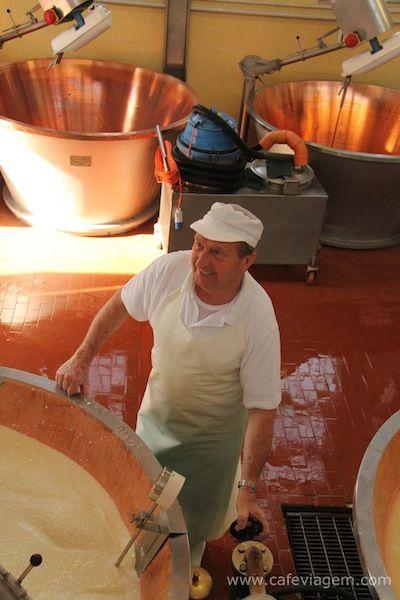 Parmigiano Reggiano Cheese Master #Parma http://www.cafeviagem.com/parmigiano-reggiano-tour-parma/
