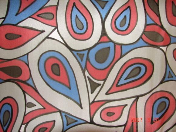 Lindo lenço de seda pura pintado à mão em tons de prata, azul, vermelho e preto.