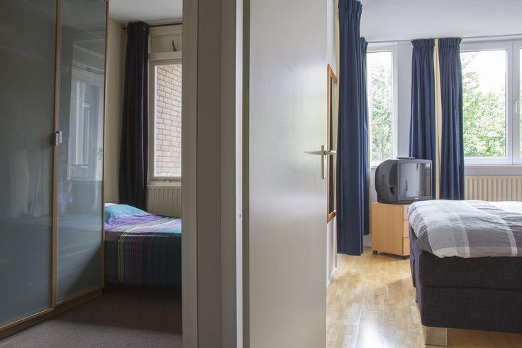 Slaapkamers | Ruim appartement gelegen op de 2e, 3e en 4e verdieping. Gelegen in een autovrije straat in het centrum van Maastricht op slechts 100 meter van de gezellige binnenhaven 't Bassin. Het appartement heeft een woonoppervlakte van ca. 85 m². Voor meer informatie kijk op www.rendersmakelaars.nl