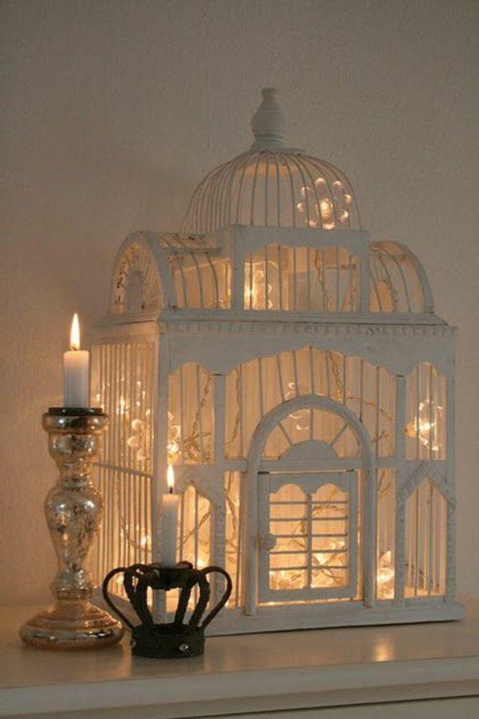 cage décorative et bougies allumées