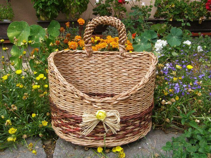 Atraktivní košíček Nabízím košíček půlkulatého tvaru. Pletený z papírových ruliček, 2 x lakovaný nezávadnýmmlakem. Velmi pevný. Je možné uplést na přání i jinou barvu.