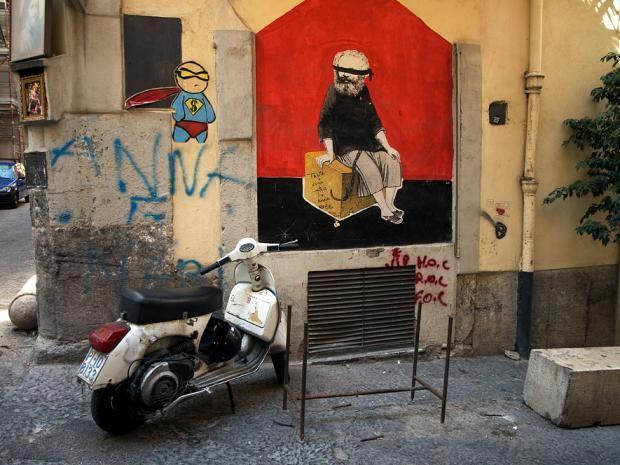 """Neapel ist die drittgrößte Stadt Italiens und berühmt für die chaotischen Zustände auf den Straßen, ihre diskussionsfreudigen Bewohner und die Mafia. Doch Neapel ist viel besser als ihr Ruf. Welch andere Metropole liegt schon zwischen Vulkan und Mittelmeer oder darf sich als die """"Wiege der Pizza"""" bezeichnen? Hinzu kommen diverse vorgelagerte Inseln und ein schönes mediterranes Klima. Wir zeigen Ihnen Neapel für ein Wochenende."""