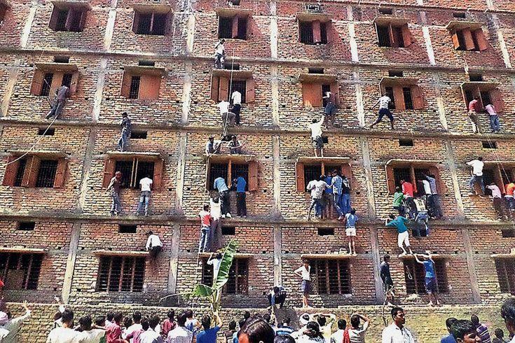Ils escaladent des murs pour aider des élèves à tricher | La police indienne a annoncé dimanche un millier d'arrestations après la diffusion à la télévision d'images d'amis et de parents escaladant les murs d'un centre d'examen scolaire pour aider les candidats. | La Presse