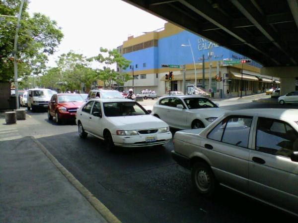 La calzada independencia muy cargada ambos sentidos, sobre todo Hospital a Juarez, el macrobus   operando con normalidad.  23/05/2012