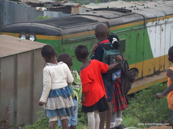 Niños en la vía del tren en el slum de Kibera, Nairobi, Kenia