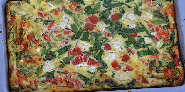 Dejlig æggekage i ovn med sunde grøntsager og cremet feta.