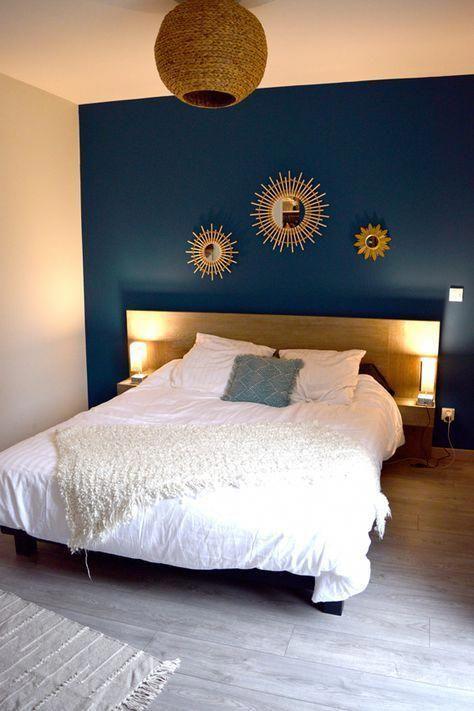 chambre parent bleu tete de lit miroir soleil accumulation miroir bois suspension osier linge de lit blanc parquet chambre boho bleu #DécorationDIY