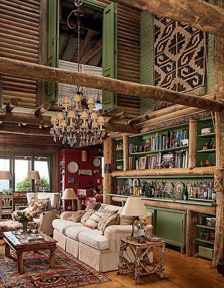 A casa de campo projetada pelo arquiteto Ernesto Tuneu tem aconchego de sobra. Móveis herdados de família e trazidos de viagens e peças produzidas ali, como a mesa lateral criada pelo caseiro a partir de gravetos, se misturam de forma despretensiosa