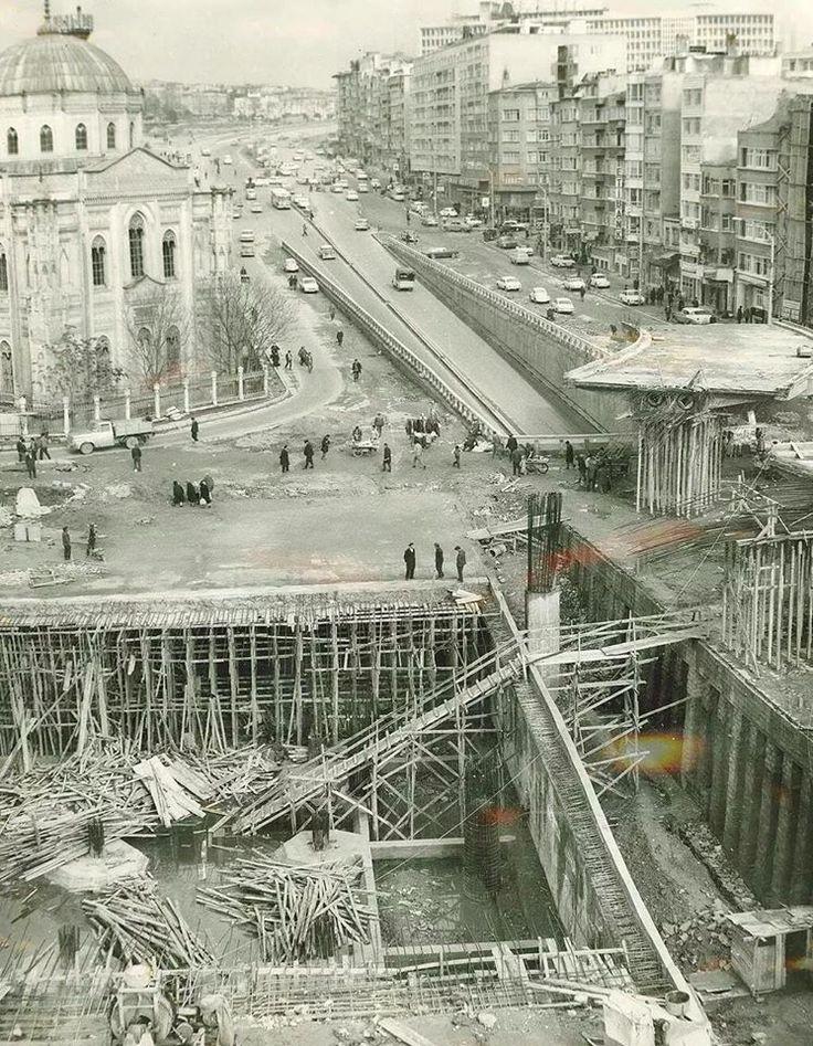Aksaray Meydanı'na köprü ve yeraltı çarşısı inşa ediliyor (1972-73).