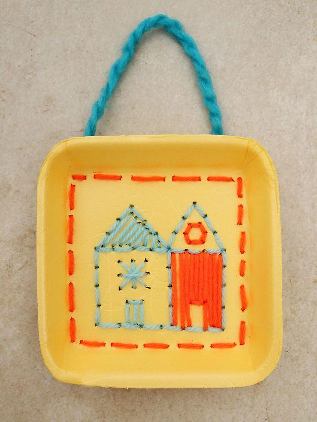 Cosir: reciclar les safates i practicar amb el fil i l'agulla.