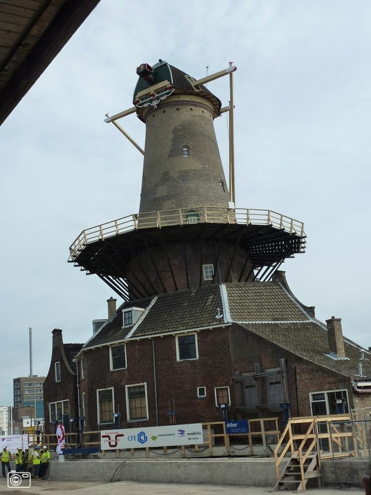 Molen een meter opgevijzeld in Delft