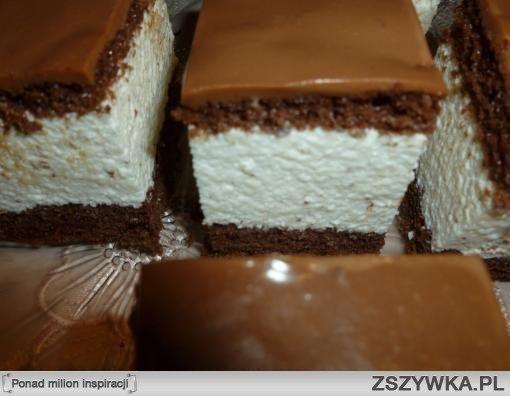Masa serowo-śmietankowa śmietana 30% 500ml ser biały mielony 800g cukier puder 250g 5 łyżeczek żelatyny cukier waniliowy czekolada gorzka Biszkopt 6 jajek 1 szklanka cukru 2 budynie czekoladowe 1/2 łyżeczki proszku do pieczenia 1 łyżka kakao 2-3 łyżki mąki Polewa czekoladowa 125 ml śmietanki 30% czekolada mleczna   Przygotowanie Całe jajka ubijamy z cukrem,budynie wsypujemy do szklanki i uzupełniamy mąką aby szklanka była pełna,dodajemy kakao i proszek do pieczenia,wszystkie składniki…