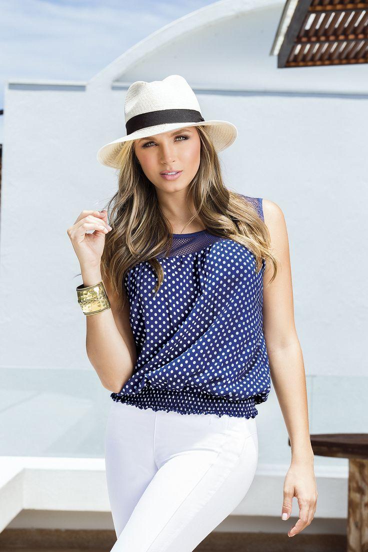 Blusa sin mangas, cuello  redondo, y fajón enresortado Color: Azul Oscuro / Blanco  Pantalón talle alto, bota recta. Color: Blanco / Negro /  Beige / Azul oscuro