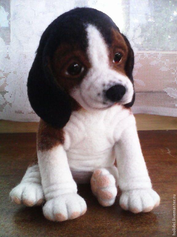 Купить или заказать щенок бигля   ШАХ в интернет-магазине на Ярмарке Мастеров. Маленький щенок ШАХ породы бигль родился в июле 2014 г. Любознательный и немного флегматичный, очень отзывчив на внимание и ласку. Не требует специального ухода, не линяет, не нужно выгуливать.Очень скучает, когда остается дома один. Определенно подходит для тех, у кого нет возможности завести живую собаку. ШАХ выполнен в технике сухого валяния и будет рад усыновлению.