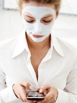 Аспириновый скраб.  Для обновления кожи раз в неделю хорошо делать очищающую маску из аспирина. Капаем каплю воды на аспирин. Он гранулируется. Добавляем чайную ложку меда, перемешиваем. Наносим на лицо на 10 минут, затем массируем, словно скрабом, смываем. Маска удаляет все покраснения и выравнивает кожу.
