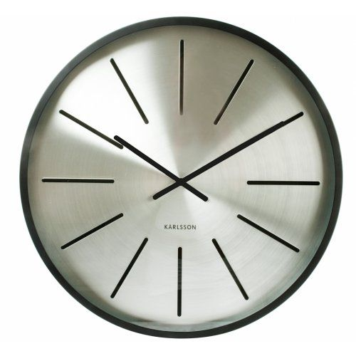 Karlsson Maxiemus Station Klok -  Ø60cm Zwart € 150,00 De Maxie serie van Karlsson zijn erg mooi vormgegeven klokken met standaard een geborsteld stalen kast. De klok heeft een retro uitstraling en