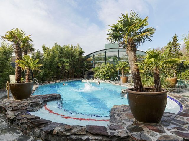 Buiten zwemmen! En in de zomer zijn onze ligstoelen en ons grasplein de ideale plek om van de zon te genieten.