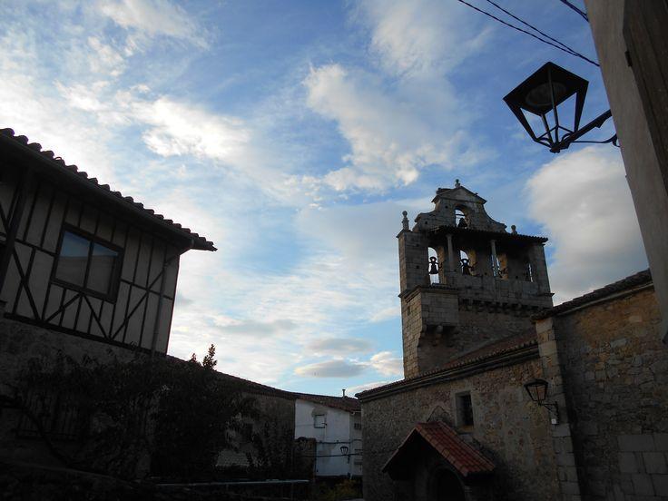 La torre de la iglesia y otra casa típica.