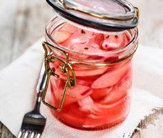 Rabarber inlagd i ättika och äppeljuice smakar försommar när den är som bäst .Den picklade rabarben med ton av anis passar fint till grillat kött och särskilt bra till fläskkött.